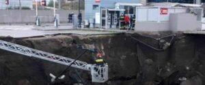 خطير! انهيار أرضي لموقف السيارات بمستشفى نابولي وإجلاء جميع مرضى كوفيد 19 منه